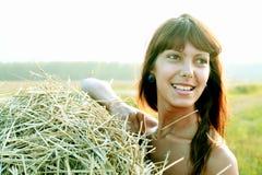 Портрет женщины на предпосылке лугов Стоковые Фотографии RF