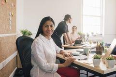 Портрет женщины на работе Стоковое Изображение