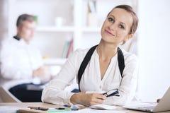 Портрет женщины на рабочем месте Стоковое Фото