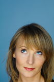 Портрет женщины на сини Стоковые Фото