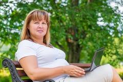 Портрет женщины на стенде в парке Стоковое Фото