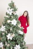 Портрет женщины около рождественской елки Стоковые Изображения RF