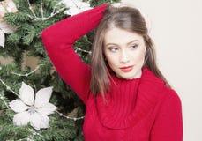Портрет женщины около рождественской елки Стоковое Изображение