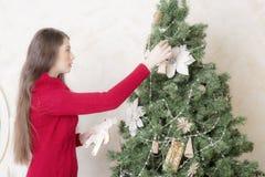 Портрет женщины около рождественской елки Стоковые Фотографии RF