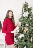 Портрет женщины около рождественской елки Стоковое Изображение RF