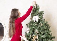 Портрет женщины около рождественской елки Стоковое Фото