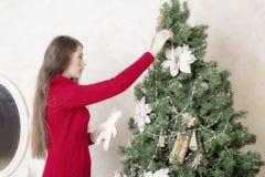 Портрет женщины около рождественской елки Стоковые Изображения