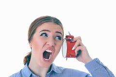 Портрет женщины осадки кричащей кавказской с будильником около ее уха над белой предпосылкой стоковое фото