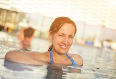 Портрет женщины ослабляя в бассейне Стоковая Фотография