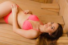 Портрет женщины ослабляя в сауне Благополучие курорта Стоковые Фотографии RF