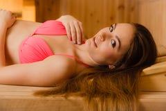 Портрет женщины ослабляя в сауне Благополучие курорта Стоковое фото RF