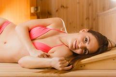 Портрет женщины ослабляя в сауне Благополучие курорта Стоковые Изображения RF