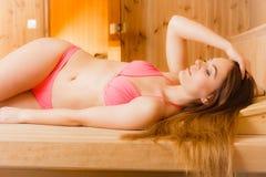 Портрет женщины ослабляя в сауне Благополучие курорта Стоковое Фото