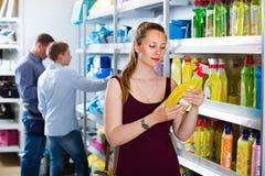 Портрет женщины показывая тензиду в предметы домашнего обихода ходит по магазинам Стоковая Фотография RF