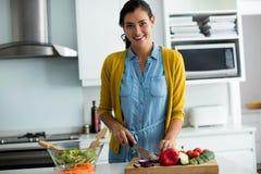 Портрет женщины подготавливая еду в кухне Стоковое фото RF