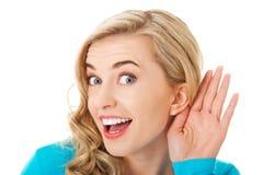 Портрет женщины подслушивая переговор стоковое изображение rf