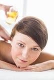 Портрет женщины получая массаж масла Стоковые Изображения RF