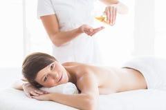 Портрет женщины получая массаж Стоковое фото RF