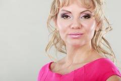 Портрет женщины привлекательной блондинкы зрелый Стоковое Изображение
