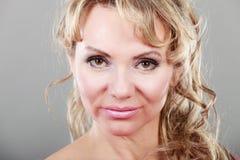 Портрет женщины привлекательной блондинкы зрелый Стоковые Изображения RF