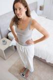 Портрет женщины пригонки стоя на масштабе в спальне Стоковое фото RF