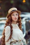 Портрет женщины против автомобиля Стоковое фото RF