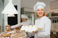 Портрет женщины продавая печенье Стоковые Фотографии RF