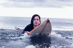Портрет женщины плавая над surfboard в воде Стоковое фото RF