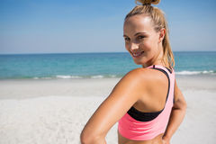 Портрет женщины работая на пляже Стоковые Изображения RF