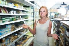 Портрет женщины радостно ходя по магазинам стоковая фотография