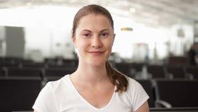 Портрет женщины сидя в зале ожидания авиапорта Отклонение полета женского путешественника ждать акции видеоматериалы