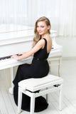 Портрет женщины сидя и играя рояль Стоковое фото RF