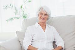 Портрет женщины сидя на кресле Стоковые Изображения RF
