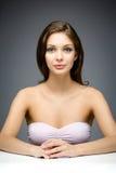 Портрет женщины сидя на таблице Стоковые Фото