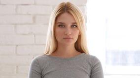 Портрет женщины смотря камеру в офисе Стоковые Изображения RF