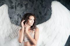 Портрет женщины с белыми крылами Белый ангел наконечников стоковое фото rf