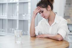 Портрет женщины с головной болью Стоковые Фото
