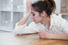 Портрет женщины с головной болью Стоковое фото RF