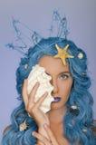 Портрет женщины с голубыми волосами, раковинами и кроной Стоковая Фотография RF