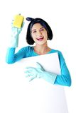 Портрет женщины с губкой и пустым знаменем Стоковое Фото