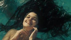 Портрет женщины с длинными волосами в воде акции видеоматериалы
