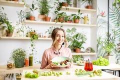 Портрет женщины с здоровой зеленой едой Стоковое фото RF