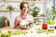 Портрет женщины с здоровой зеленой едой Стоковая Фотография