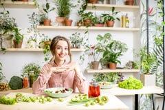 Портрет женщины с здоровой зеленой едой Стоковые Изображения