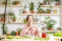 Портрет женщины с здоровой зеленой едой Стоковая Фотография RF
