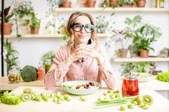 Портрет женщины с здоровой зеленой едой Стоковые Фотографии RF