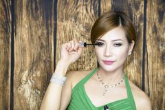 Портрет женщины с зеленым платьем стоковая фотография rf