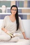 Портрет женщины с книгой Стоковые Изображения RF