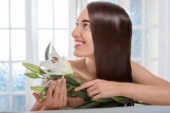 Портрет женщины с красивыми волосами в салоне курорта Стоковые Изображения RF