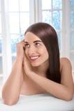 Портрет женщины с красивыми волосами в салоне курорта Стоковые Изображения